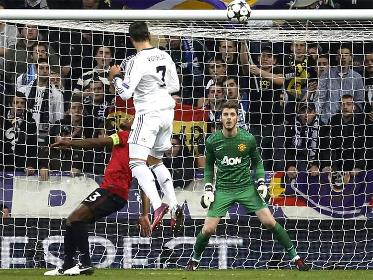 Ronaldo bật cao tới 2,93 mét khi đánh đầu tung lưới Man Utd năm 2013. Ảnh: Reuters.