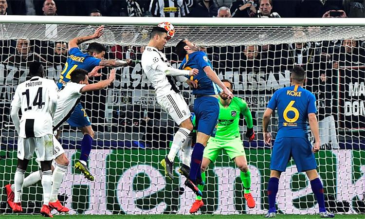 Tình huống Ronaldo đón quả tạt của Cancelo rồi đánh đầu ghi bàn thứ hai trong trận thắng Atletico Madrid 3-0 ở lượt về vòng 1/8 Champions League mùa trước. Ảnh: Reuters.