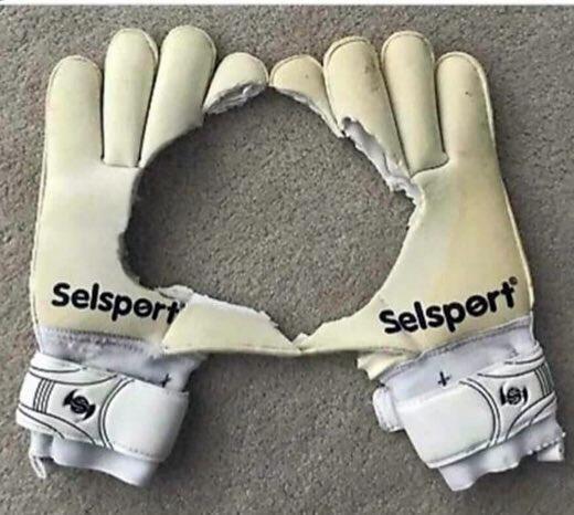 Bức ảnh chế đôi găng tay của De Gea lan truyền chóng mặt trên mạng xã hội sau khi thủ môn Man Utd mắc sai lầm.