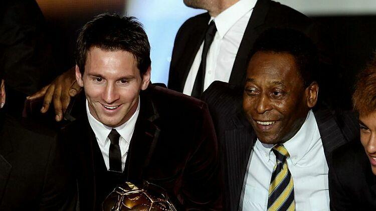 Messi (trái) và Pele trong lễ trao giải Quả Bóng Vàng năm 2011.
