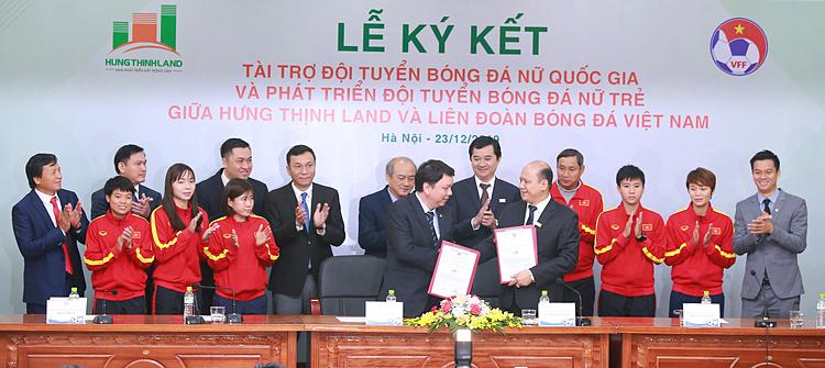 Lãnh đạo Hưng Thịnh Land và VFF thực hiện lễ ký kết.