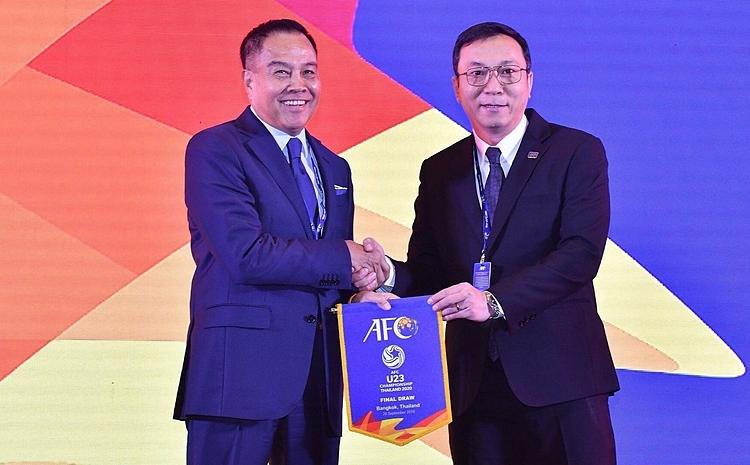 Ông Trần Quốc Tuấn (phải) trong lễ bốc thăm chiều 26/9 ở Thái Lan. Ảnh: Changseuk.