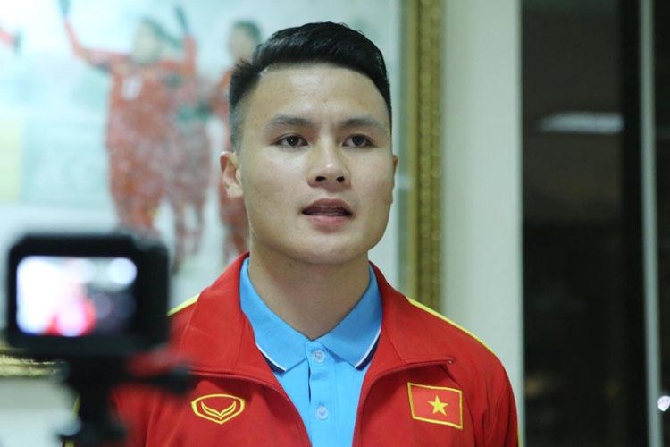 Tuyển thủ Nguyễn Quang Hải tại sân bay Nội Bài, di chuyển đi Hàn Quốc tập huấn vào tối 13/12.