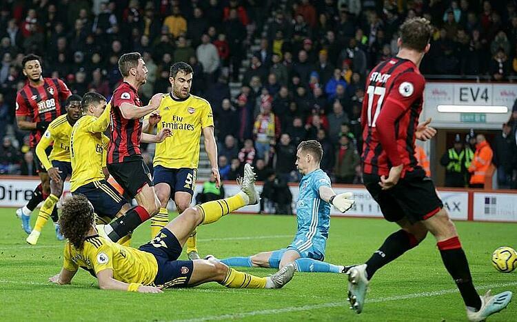 Tình huống dẫn đến bàn thua của Arsenal. Ảnh: AFP.