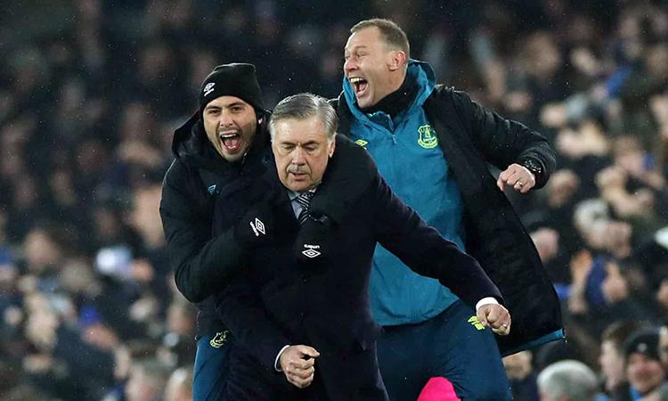 Ban huấn luyện Everton mừng rỡ sau pha lập công của Calvert-Lewin. Ảnh: Reuters.