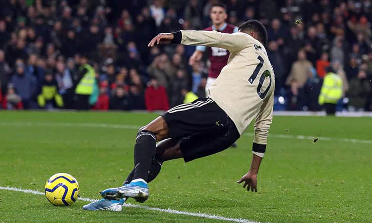 Rashford lừa bóng qua thủ thành Nick Pope rồi ấn định chiến thắng 2-0 cho Man Utd. Ảnh: Shutterstock.