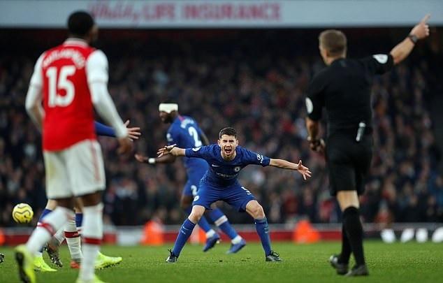 Jorginho may mắn không bị đuổi vì lỗi kéo áo Guendouzi. Ảnh: Reuters.