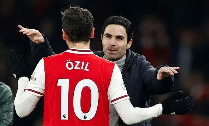 Arteta chia sẻ niềm vui với Ozil. Ảnh: Reuters