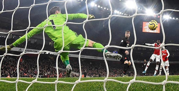 Thủ môn De Gea đoán sai hướng trong bàn thua đầu tiên. Ảnh: Reuters.