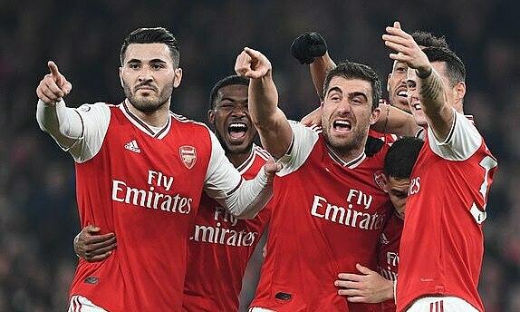 Arsenal mừng bàn ấn định tỷ số 2-0. Ảnh: Daily Mail.