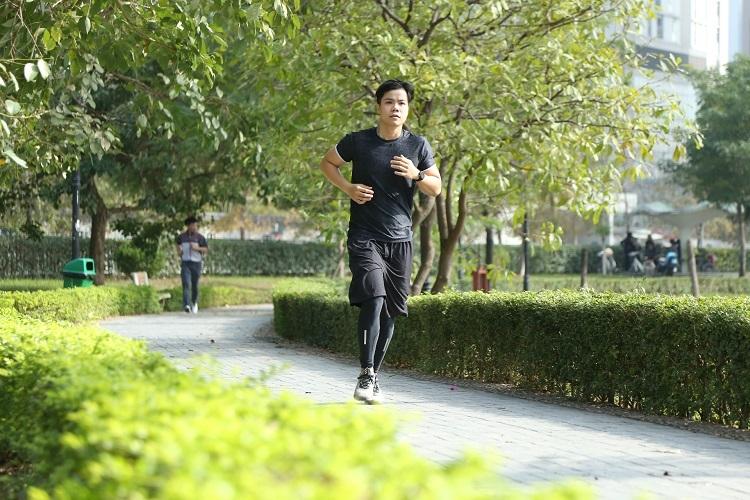 Nam ca sĩ tập nhiều môn thể thao trong đó có chạy bộ