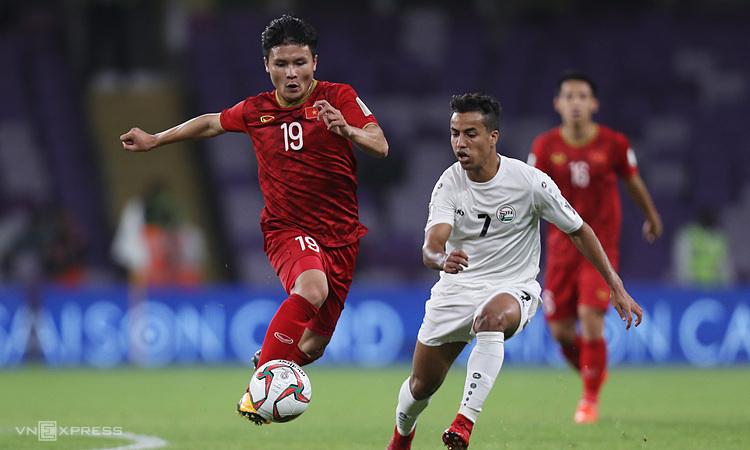 Quang Hải (số 19) và Theerathon là hai đại diện duy nhất của châu Á được đề cử. Ảnh: Đức Đồng.