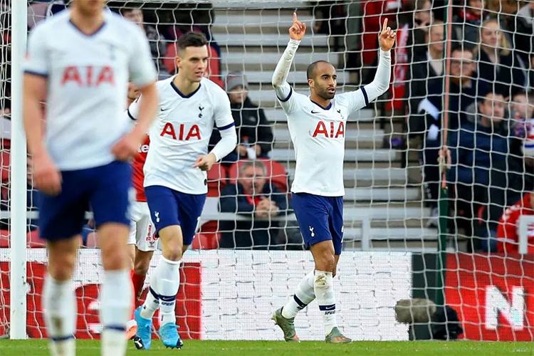 Moura (phải) mừng bàn gỡ hoà 1-1 cho Tottenham. Ảnh: AFP.