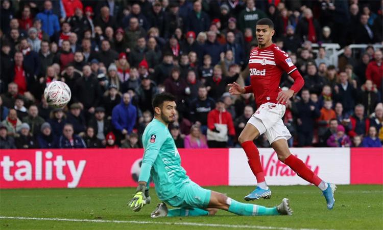 Fletcher mở tỷ số cho Middlesbrough trong pha đối mặt với Gazzaniga. Ảnh: Reuters.