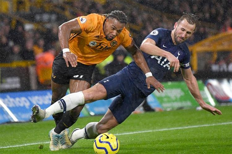 Traore (trái) đang nổi lên như là cầu thủ đá cánh hay bậc nhất tại Ngoại hạng Anh hiện tại. Ảnh: AFP.