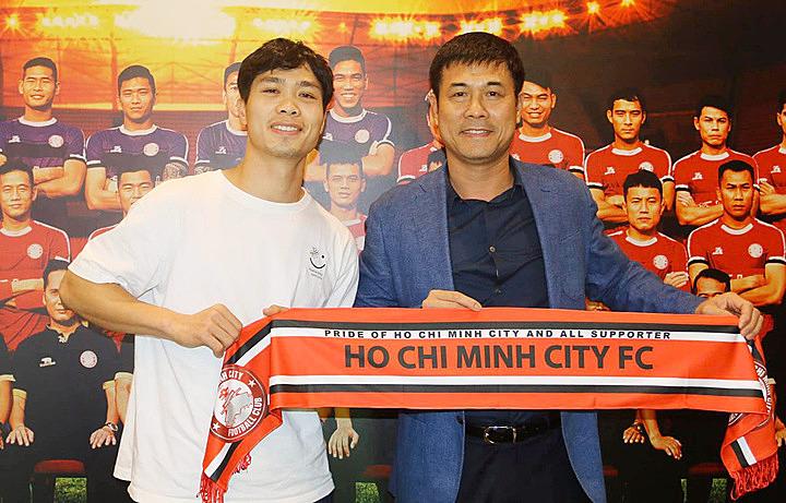 Công Phượng cùng chủ tịch Nguyễn Hữu Thắng tại trụ sở CLB TP HCM chiều 6/1.