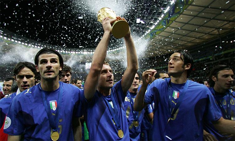 De Rossi (giữa) nâng cao cup vàng khi cùng Italy vô địch thế giới năm 2006. Ảnh: FIFA.