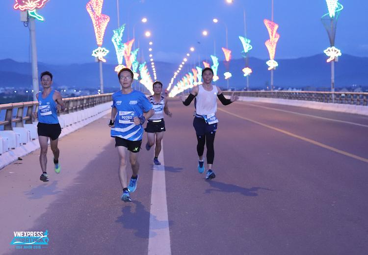 Runner chạy trên cầu Thị Nại tại giải chạy VnExpress Marathon 2019.