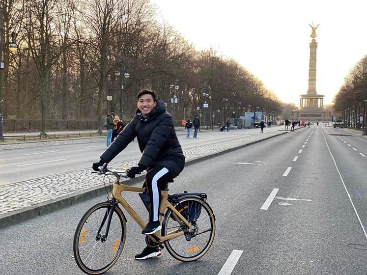 Đoàn Văn Hậu và chiếc Bamboo Bike của Trevi.