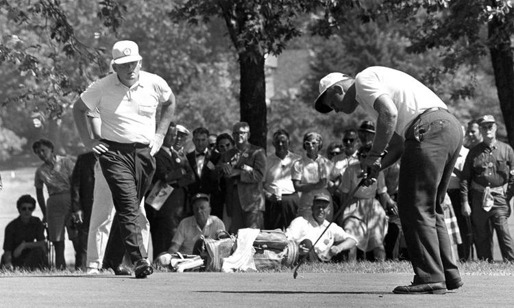 Nicklaus (phải) thi đấu ở giải golf nghiệp dư Mỹ năm 1960. Ảnh: AP.