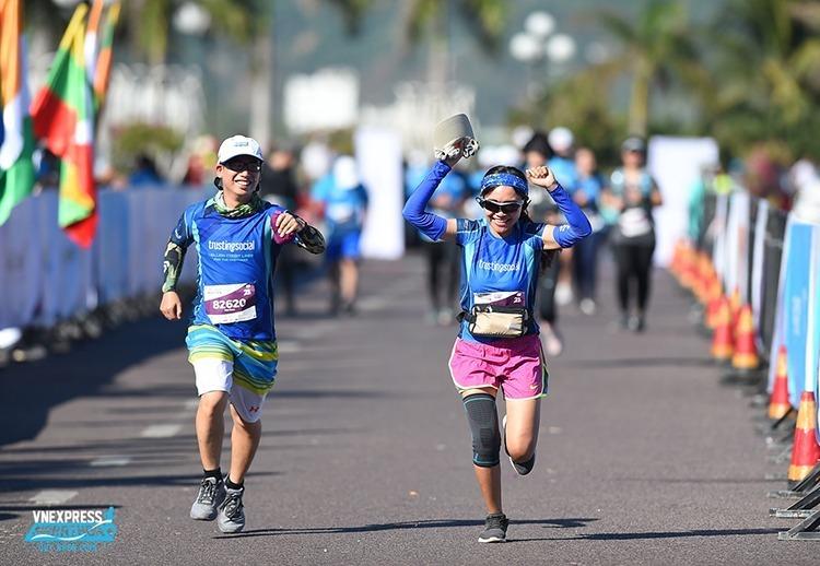 Hai runner trên đường về đích VnExpress Marathon Quy Nhơn 2019.