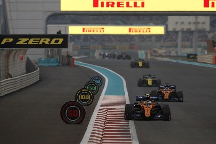 Các tay lái tranh tài tại một chặng đua F1.