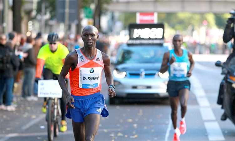 Kipsang đánh bại Kipchoge (chạy phía sau) trên đường lập kỷ lục thế giới tại Berlin Marathon 2013. Ảnh: AP.