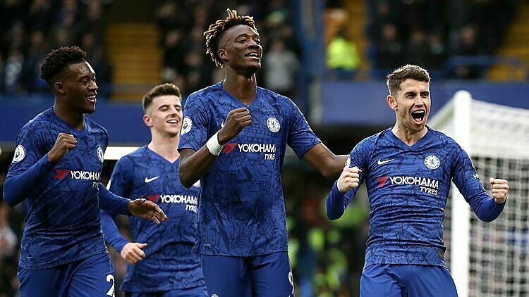 Abraham (thứ ba từ trái sang) ghi 13 bàn tại Ngoại hạng Anh mùa này. Ảnh: Reuters.