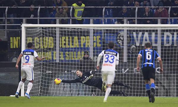 Handanovic cản phá thành công quả phạt đền, giúp Inter giữ lại một điểm trên sân nhà. Ảnh: Lapress.
