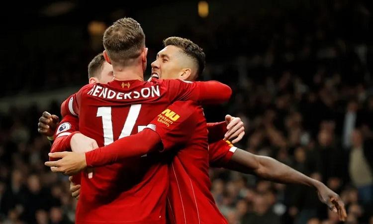 Firmino chia vui cùng đồng đội sau khi ghi bàn duy nhất của trận đấu. Ảnh: Guardian.