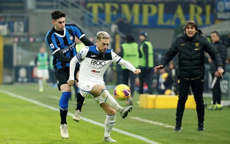 Conte không hài lòng khi thấy Inter lép vế trước Atalanta. Ảnh: Reuters.