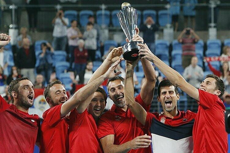 Djokovic (thứ hai từ phải sang) mừng chức vô địch cùng đồng đội. Ảnh: AP.