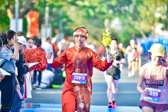 Giải Marathon TP HCM (HCMC Marathon 2020) tài trợ chính bởi Taiwan Excellence, diễn ra trong hai ngày (4/1 và 5/1), góp phần cho không khí sôi động dịp đầu năm. Các VĐV khoác lên mình những bộ trang phục đầy màu sắc và sáng tạo. Với chiếc áo dài đỏ cùng cành mai vàng trên tay, nam VĐV mang không khí xuân ngập tràn trên đường chạy.