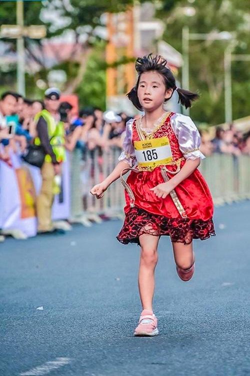 Cô bé búp bê Nga tăng tốc chạy về vạch đích HCMC Kids' Dash.