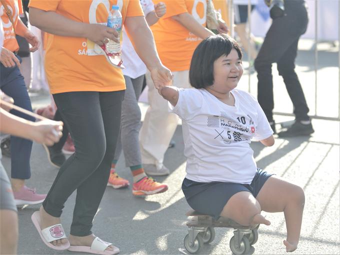 Cô bé Nguyễn Hoài Thương hào hứng khi chinh phục đường chạy 5 km đầu tiên của mình.