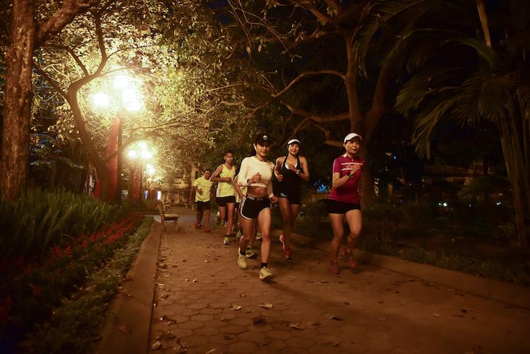 Các runner chạy đêm tại Hà Nội.