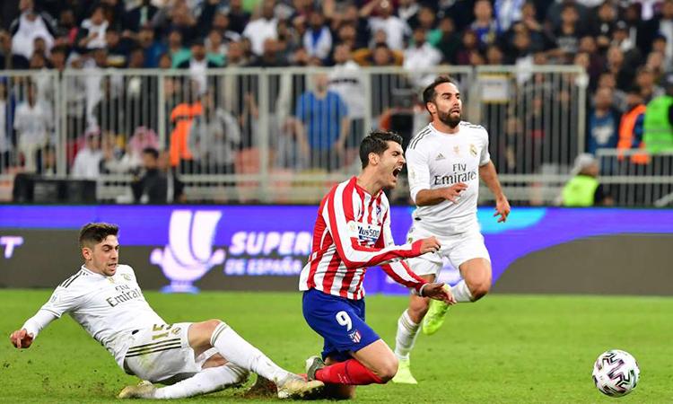 Valverde (trái) phạm lỗi từ phía sau với Morata và nhận thẻ đỏ. Ảnh: AFP.