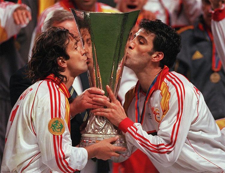 Sukur (phải) khi cùng Galatasaray đoạt Cup UEFA (tiền thân của Europa League hiện tại) vào năm 2000. Ảnh: UEFA.