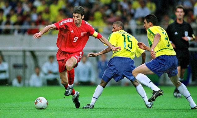 Sukur trong trận bán kết World Cup 2002 mà anh cùng Thổ Nhĩ Kỳ thua Brazil 0-1. Ảnh: Sporting-heroes.