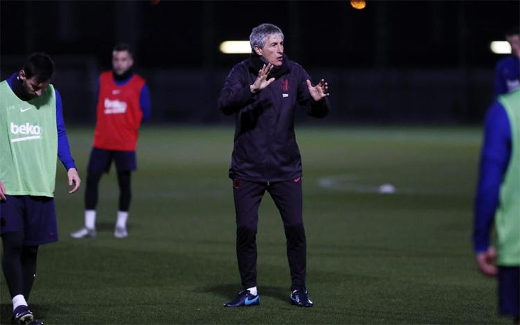 Từ chỗ ngưỡng mộ Messi, Setien hôm qua 14/1 lần đầu tiên được dẫn dắt, chỉ bảo Messi trên sân tập. Ảnh: FCB.