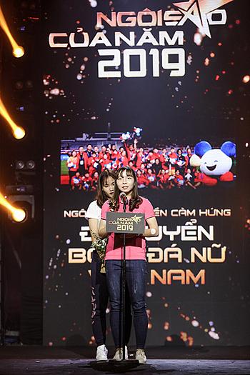 Chương Thị Kiều (áo trắng) đứng khép nép bên cạnh Hồng Nhung khi nhận giải thưởng tối 15/1.