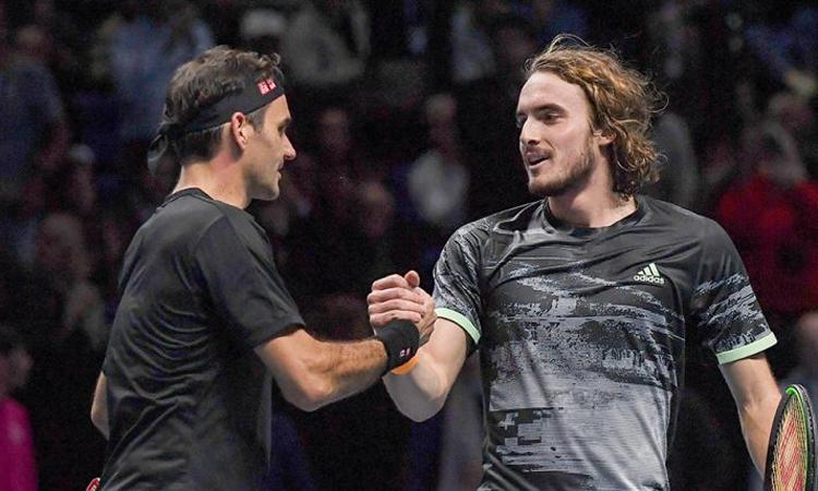 Federer (trái) chúc mừng Tsitsipas sau khi thua đàn em ở bán kết ATP Finals 2019 hồi tháng 11. Ảnh: Tennis365.
