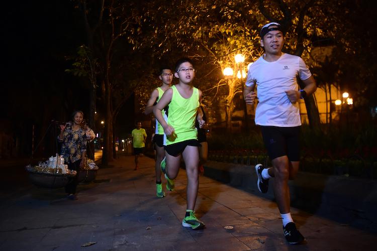 Các runner chạy đêm tại Hà Nội. Ảnh: Giang Huy
