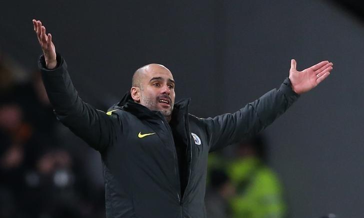 Guardiola vui vì các học trò không bỏ cuộc, dù bị Liverpool bỏ xa. Ảnh: Reuters.