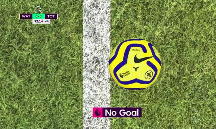 Pussetto cứu bóng trên vạch vôi, buộc trọng tài Oliver phải trưng cầu VAR, xác định chưa có bàn thắng cho Tottenham. Ảnh: EPA.
