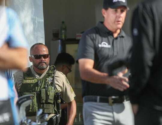 Ramirez luôn chăm chú theo dõi nhất cử nhất động xung quanh Mickelson khi golfer này thi đấu tại The America Express. Ảnh: The Desert Sun.
