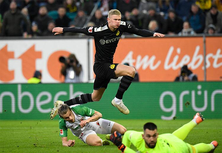 Haaland ghi bàn đầu tiên, rút ngắn tỷ số còn 2-3, mở ra màn ngược dòng cho Dortmund. Ảnh: UEFA.