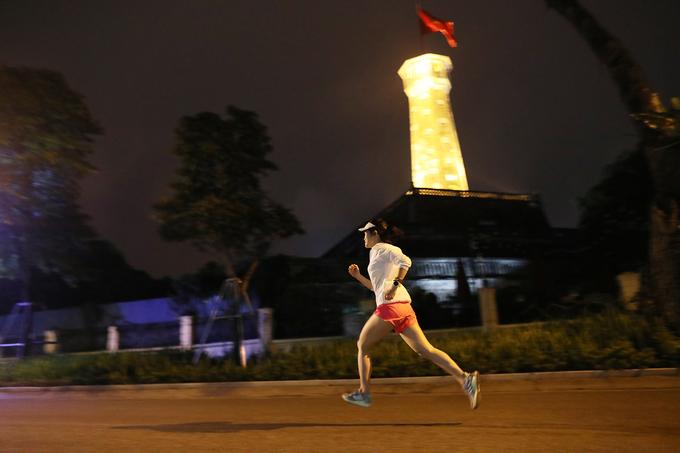 Nữ runner thử đường chạy đêm giải VM Hanoi Midnight