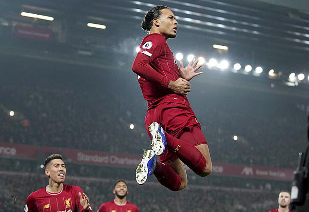 Van Dijk mừng bàn thắng giúp Liverpool mở tỷ số trong trận đấu vớiMan Utd. Ảnh: AP.