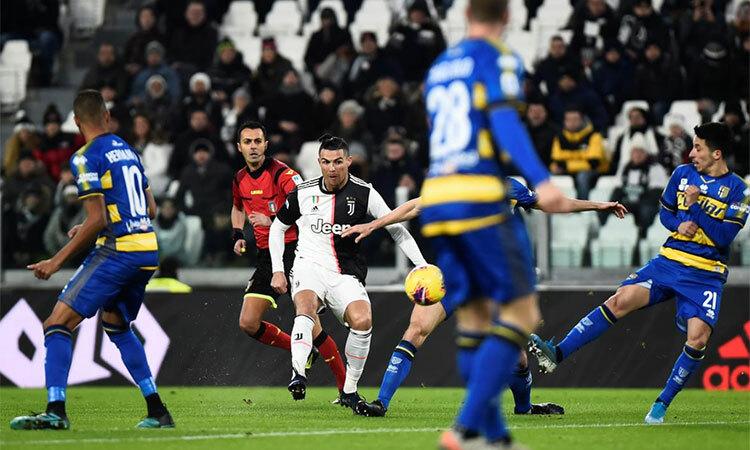 Ronaldo đã có 16 bàn tại Serie A mùa này, chỉ kém Ciro Immobile - chân sút của Lazio đang dẫn đầu danh sách phá lưới với23 bàn. Ảnh: Reuters.